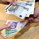 Nach langen Jahrzehnten war der Wechsel von der D-Mark zum Euro perfekt (Foto: dpa)