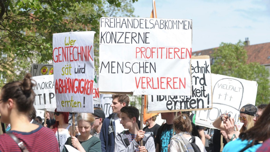 Demonstranten beim March against Monsanto mit Schild gegen