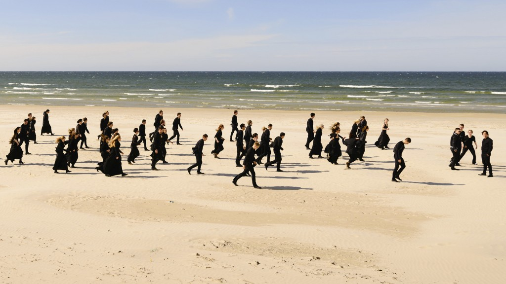 Das Orchester Baltic Sea Philharmonic am Strand (Foto: NDR/Peter Adamik)