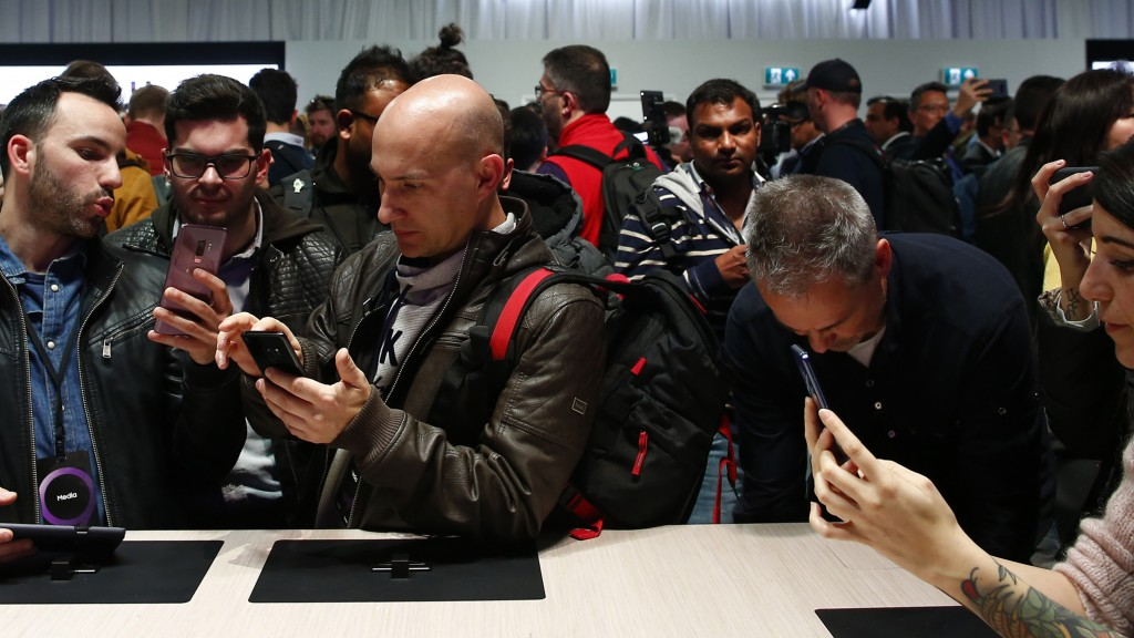 Faszinierte Smartphone-Nutzer am Samsung-Messestand des Mobile World Congress in Barcelona (Foto: dpa / Manu Fernandez)