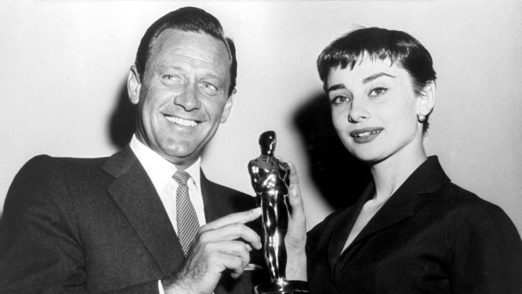 Die Filmschauspieler William Holden und Audrey Hepburn mit ihrem Oscar (Foto: dpa/INP International News Photos)