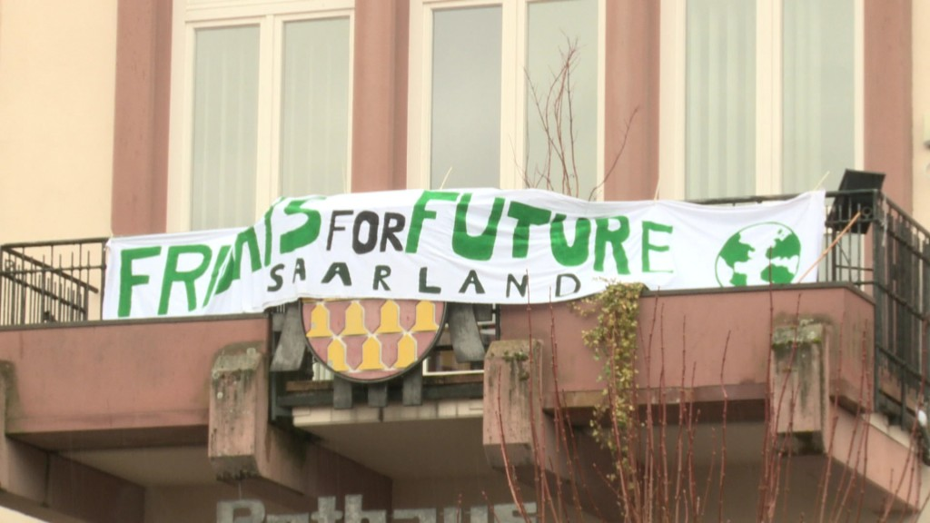 Banner an einem Balkon zum Fridays For Future in Wadern (Foto: SR)