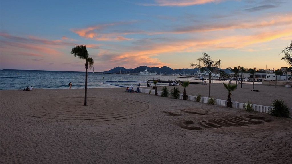 Sonnenuntergang am Strand in Cannes (Foto: Esther Wagner)
